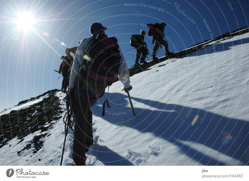Der Aufstieg reloaded schön Ferien & Urlaub & Reisen kalt Schnee Herbst wandern gehen Seil Ausflug frisch Spaziergang Klettern Jacke Reihe Bergsteigen Gletscher