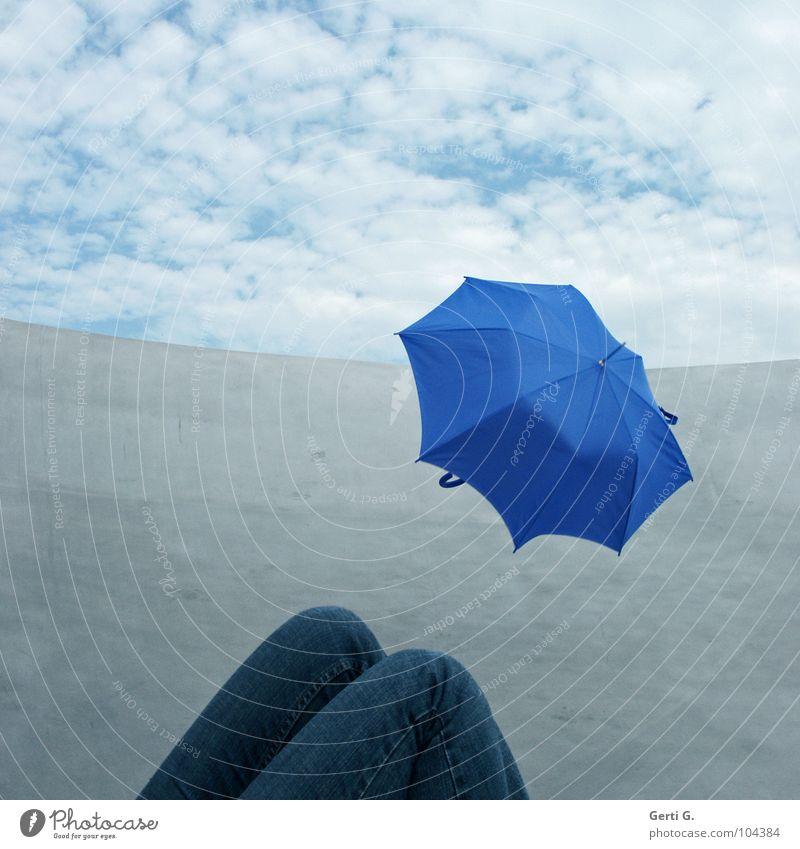 blumbrella Knie Hose Wolken himmelblau Regenschirm kaputt Schweben fliegen Blauton Metall himmlisch diagonal Linie Grenze obskur Mensch Beine Jeanshose