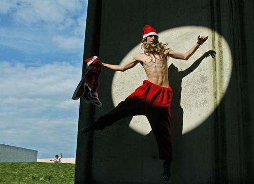 springender Weihnachtsmann Körper sportlich Fitness Weihnachten & Advent Mensch maskulin androgyn Junger Mann Jugendliche Erwachsene 1 13-18 Jahre Himmel Gras