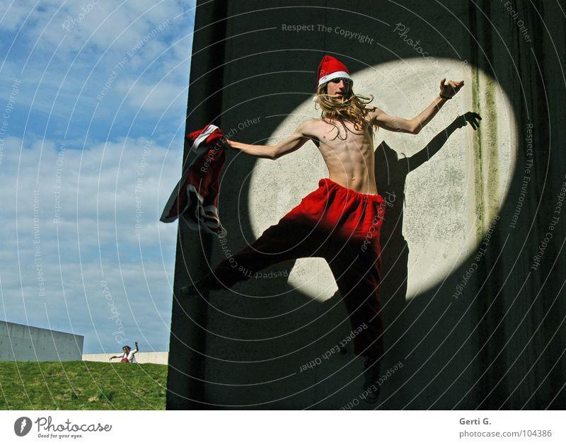 springender Weihnachtsmann Mensch Himmel Mann Natur Jugendliche blau Weihnachten & Advent weiß grün rot Wiese Wand grau Gras Mauer