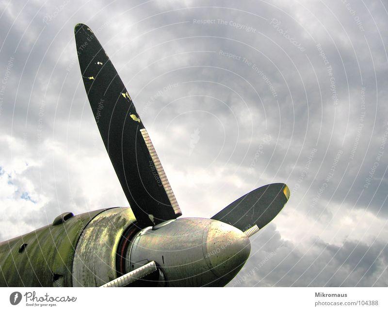 Riesenventilator Flugzeug Propeller Tragfläche fliegen Luft Himmel Wolken grün glänzend alt Blech Metall Motor Rost Schweben Ferien & Urlaub & Reisen