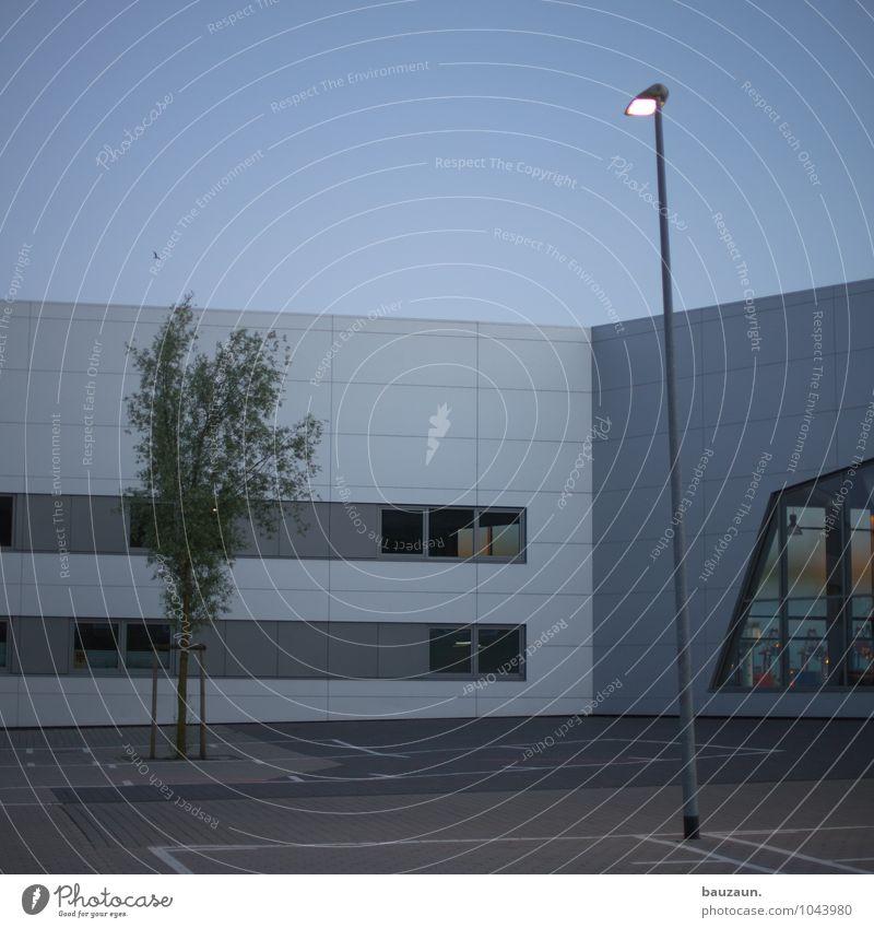 rechts. Himmel Stadt Pflanze Baum Haus Fenster Wand Straße Architektur Wege & Pfade Gebäude Mauer Lampe Fassade Verkehr Platz