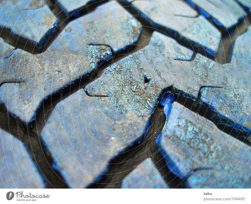PROFILE Autoreifen Gummi angemalt Spielplatz spontan schwarz Furche schön Rastplatz Pause Makroaufnahme Nahaufnahme natanael pinggau Freude blau klaus
