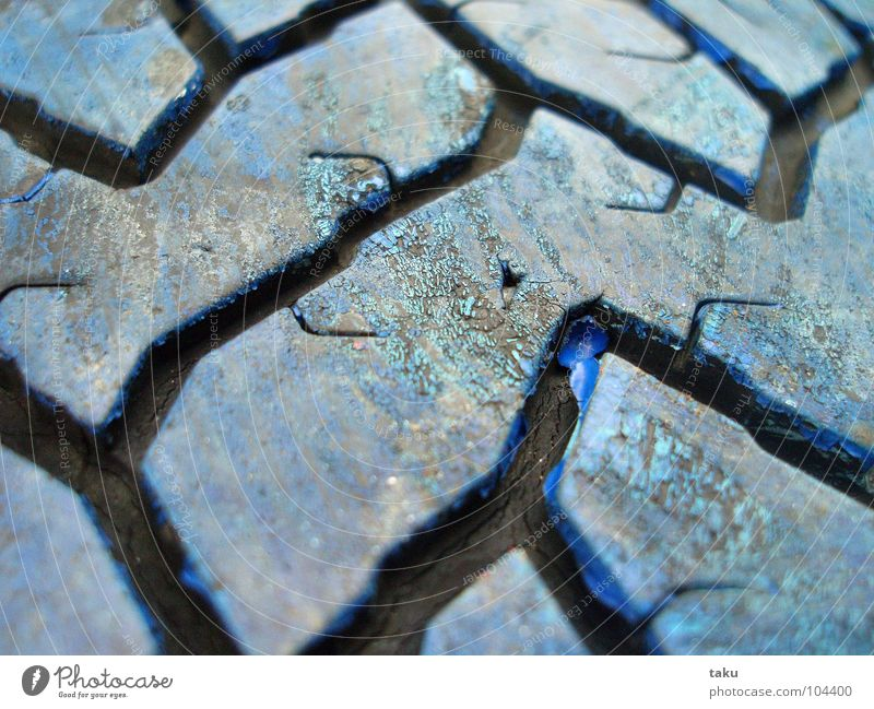 PROFILE schön blau Freude schwarz Pause Furche Spielplatz Gummi Reifen angemalt spontan Rastplatz Autoreifen