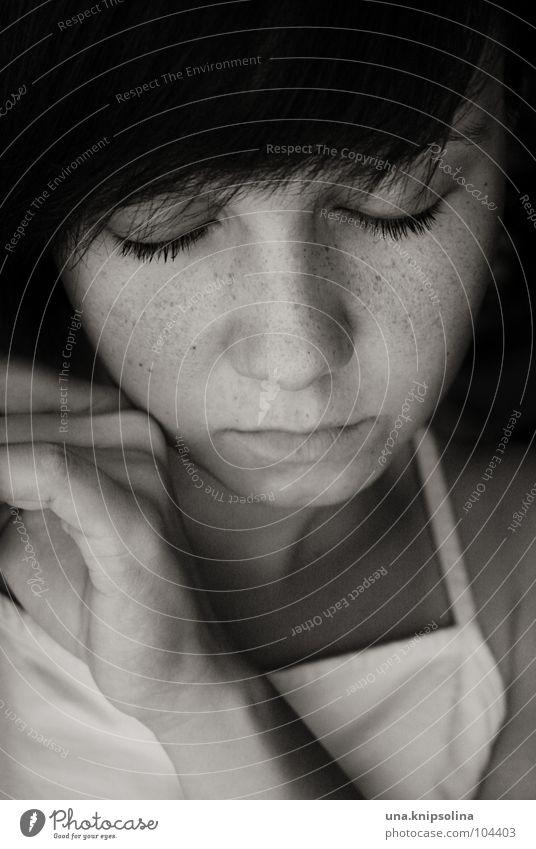 eyes closed Frau Jugendliche Hand ruhig Erwachsene Erholung Auge Gefühle Traurigkeit träumen Stimmung Junge Frau 18-30 Jahre schlafen Trauer brünett