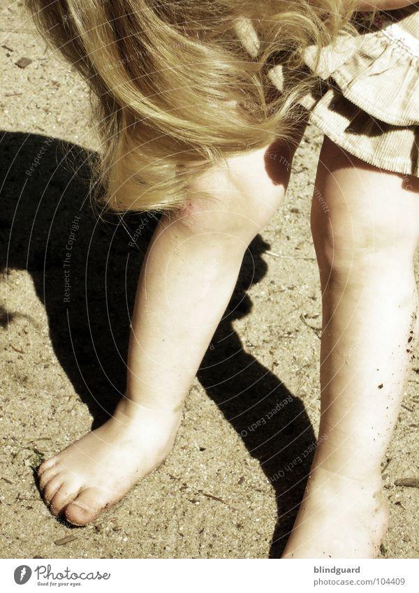 hmmm ... Kind alt Mädchen Spielen Haare & Frisuren Sand Beine klein Fuß Haut süß retro Kleid Kleinkind Spielplatz Barfuß