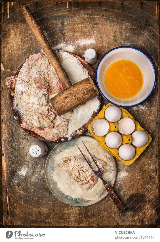 Schnitzel machen auf rustikalem Holztisch Lebensmittel Fleisch Ernährung Mittagessen Festessen Bioprodukte Diät Teller Schalen & Schüsseln Gabel Stil Design