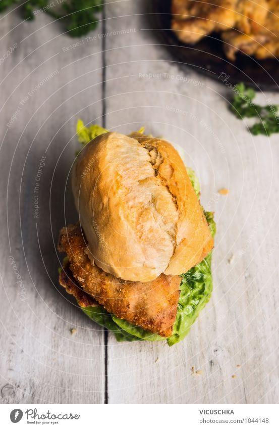 Brötchen mit Schnitzel und Salat Gesunde Ernährung Stil Speise Lebensmittel Design Küche Brot Fleisch Diät Mittagessen Salatbeilage Holztisch Fastfood