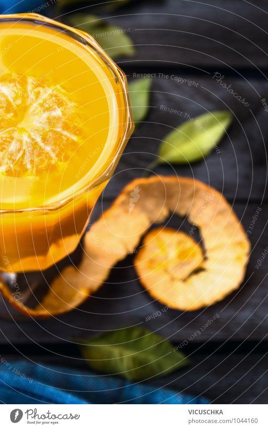 Zitrus Saft im Glas auf dunklem Tisch Natur blau Blatt Gesunde Ernährung dunkel Stil Hintergrundbild Lebensmittel Foodfotografie Design Glas Orange Tisch Getränk retro Küche