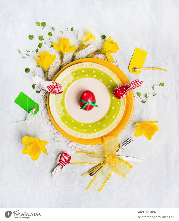 Gelbe Ostern Teller mit Blumen und Dekoration grün rot Blatt gelb Innenarchitektur Frühling Stil Essen Feste & Feiern Design Dekoration & Verzierung