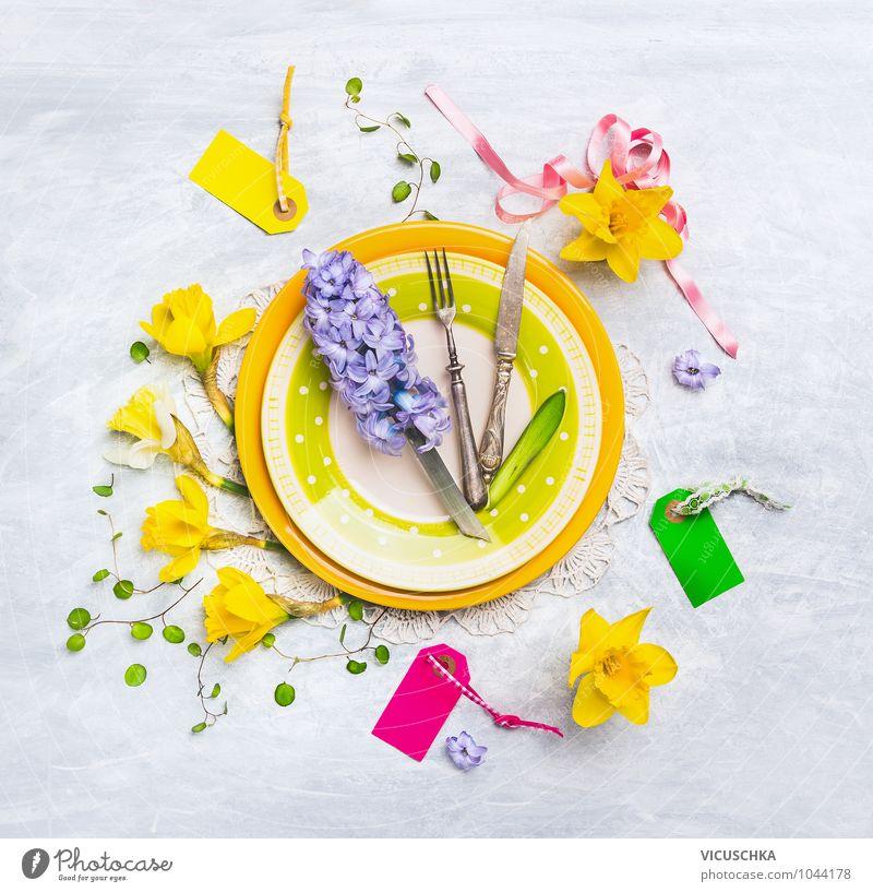 Teller mit Frühlingsblumen Dekoration Blume gelb Innenarchitektur Stil Lifestyle Feste & Feiern rosa Wohnung Design Freizeit & Hobby Dekoration & Verzierung Ernährung Tisch Kreativität Küche Blumenstrauß
