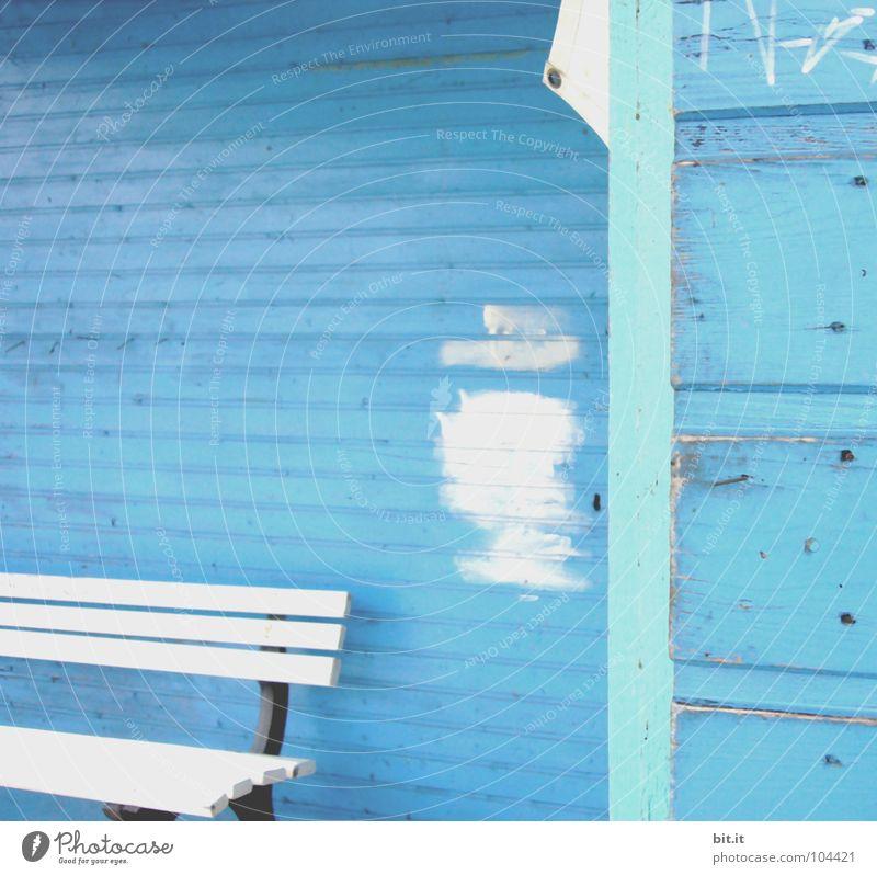 Frau Meier in der  Ruhe weiß Linie türkis Renovieren Bildausschnitt Anschnitt Sanieren Farbfleck Holzwand himmelblau hell-blau Anstrich Holzhaus azurblau Holzbank Holzhütte