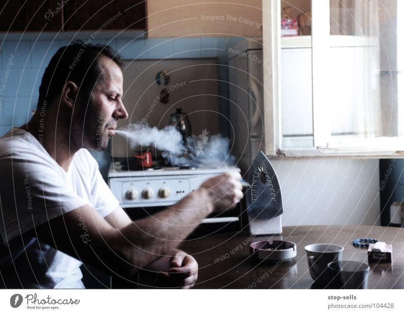 gegen die resignation/rauchen für Gefühle Schicksal Stillleben resignieren Bügeleisen Zigarette gefangen eingeengt Küche Moslem Islam Verzweiflung Mann Verdruss