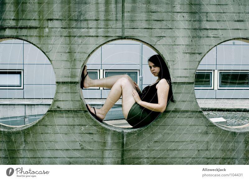 mittendrin Beton Wand Kreis Loch rund Mauer Zement grau Frau 3 Mitte modern Langeweile sitzen warten Erholung Detailaufnahme Architektur