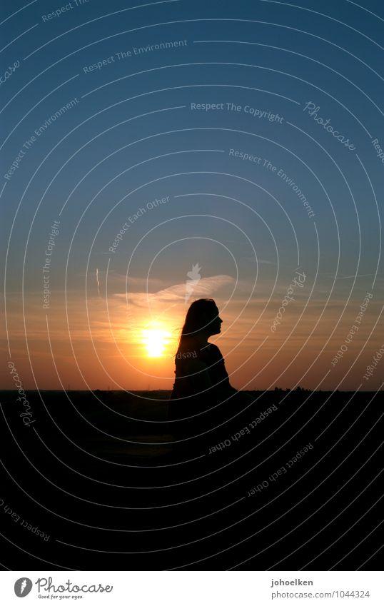 Kitsch² Mensch Himmel Jugendliche blau schön Sonne Junge Frau Erholung Landschaft ruhig 18-30 Jahre Erwachsene feminin Glück orange Zufriedenheit
