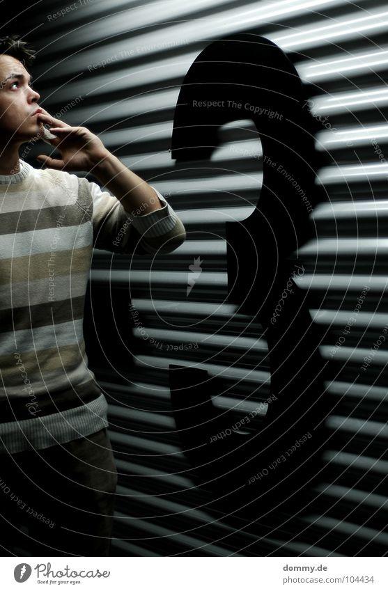 -3 ENDSTATION Mann Kerl Ziffern & Zahlen Wand Wellblech Blech Tiefgarage Garage Etage Niveau groß schwarz dunkel Pullover Streifen gestreift Hose Belichtung