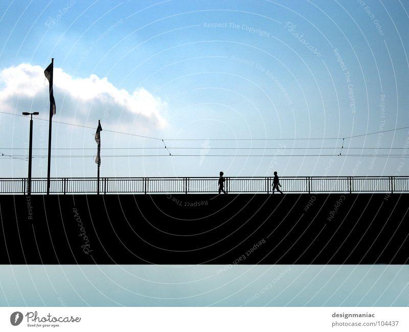 2 zu 3 zu 5 zu 8 Mensch Himmel blau ruhig schwarz Wolken oben Wege & Pfade gehen Brücke Kabel Klarheit Laterne Verbindung Richtung Geländer