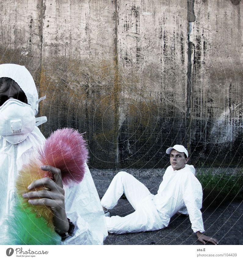 [b/w] das team Kerl Körperhaltung weiß Arbeitsanzug Quarantäne Labor Laborant Reinigen Raumpfleger Staubwedel mehrfarbig Mundschutz Sonnenbrille Gelände Wand