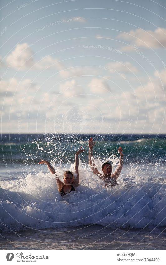 Having Fun. Ferien & Urlaub & Reisen Jugendliche Erholung Meer Freude Spielen Freiheit Schwimmen & Baden Kunst Paar Zusammensein Wellen ästhetisch genießen