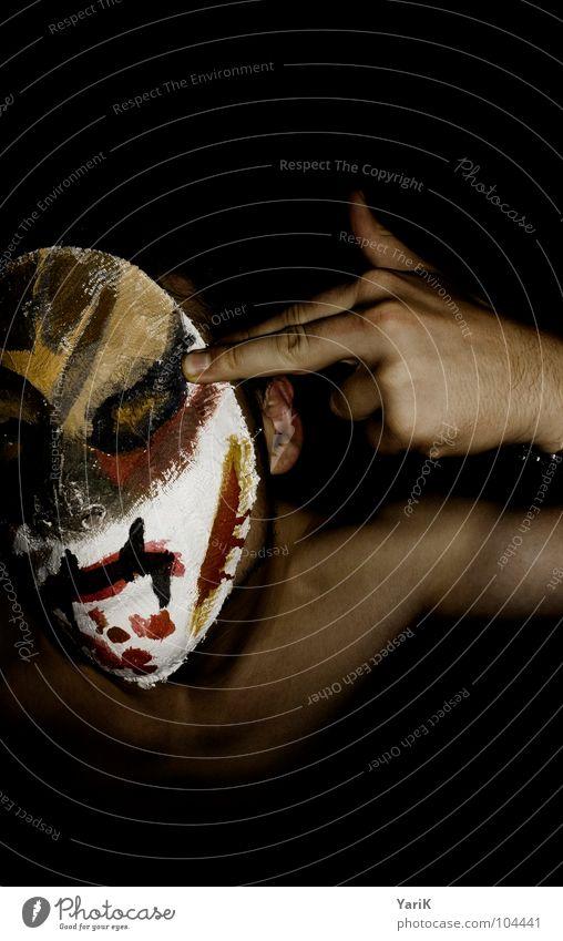 fuck off Mann Hand rot Gesicht schwarz dunkel Kopf braun Angst Arme Finger Fassade Schutz Maske Karneval Wut