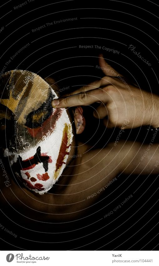 fuck off vermummen Fassade schließen beenden Mann Oberkörper Hand Finger braun rot dunkel schwarz Aggression Wut Ärger resignieren erschießen Maske verstecken
