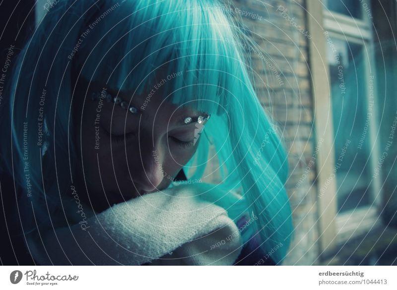 Dreaming... Haut ruhig maskulin Kopf Haare & Frisuren Bauwerk Mauer Wand Fenster Schal Perücke Pony frisch blau türkis Müdigkeit Erschöpfung Identität kalt