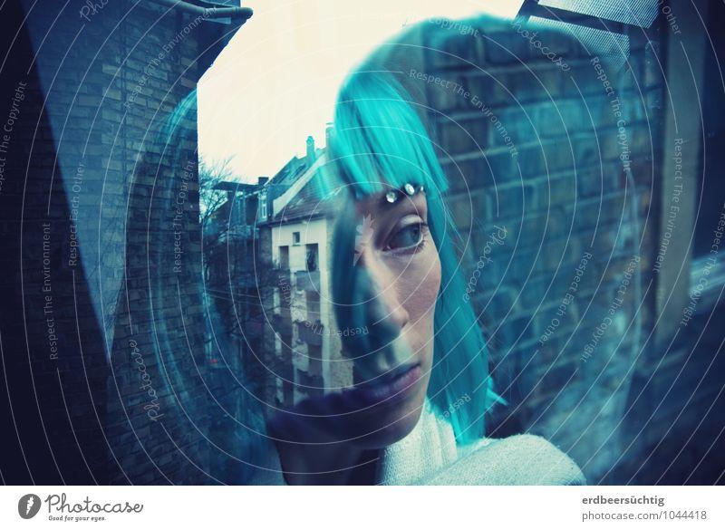 Reflecting... Jugendliche Stadt blau Junge Frau Ferne kalt Fenster Gesicht Wand Mauer Haare & Frisuren außergewöhnlich Horizont Fassade glänzend träumen