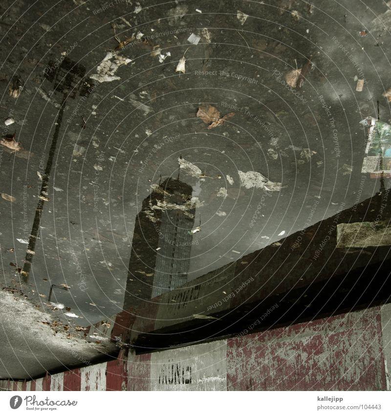 himmel über berlin Pfütze Alexanderplatz Hochhaus Müll Umwelt Beton aufräumen Umweltverschmutzung Stadt Müllhalde Laterne Baustelle Papier