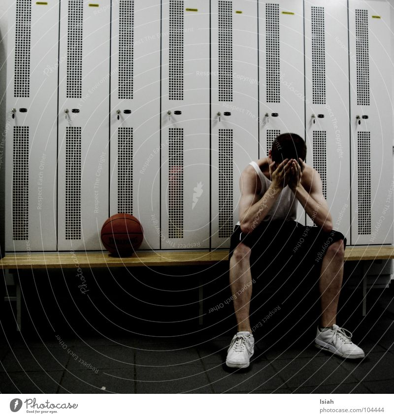 loser Hand weiß blau dunkel Traurigkeit Schuhe Trauer Bank kaputt Verzweiflung Basketball Schrank Verlierer Kurzhaarschnitt Umkleideraum