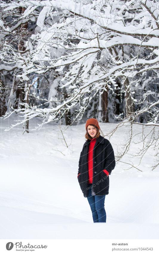 Gut gelaunt in Schnee Winter Mensch feminin Junge Frau Jugendliche Erwachsene 18-30 Jahre Natur Baum Wald Mütze brünett langhaarig stehen warten dünn