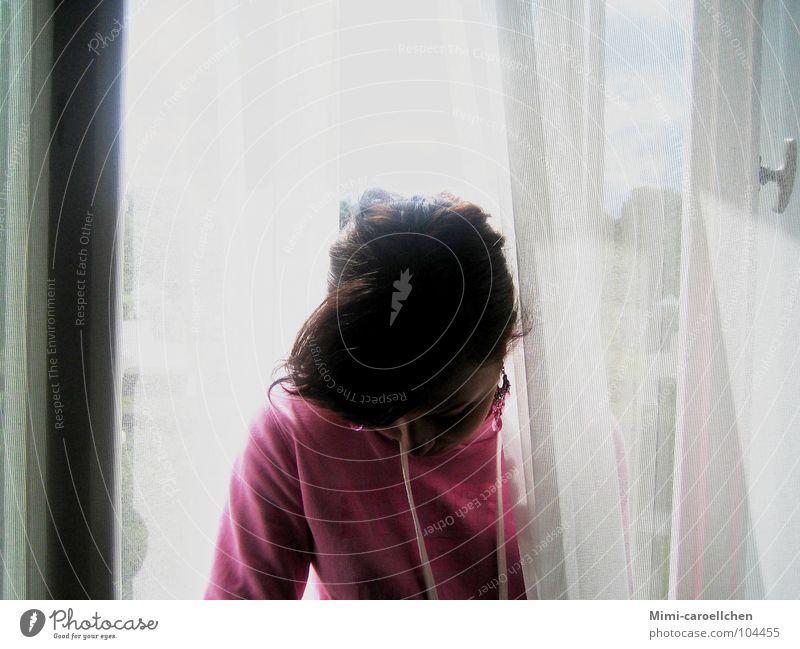 villa hammerschmidt Frau Pullover Iraner Mädchen Fenster groß Gardine weiß lang dünn durchsichtig grau Licht stark Erschöpfung Denken Villa Hammerschmidt