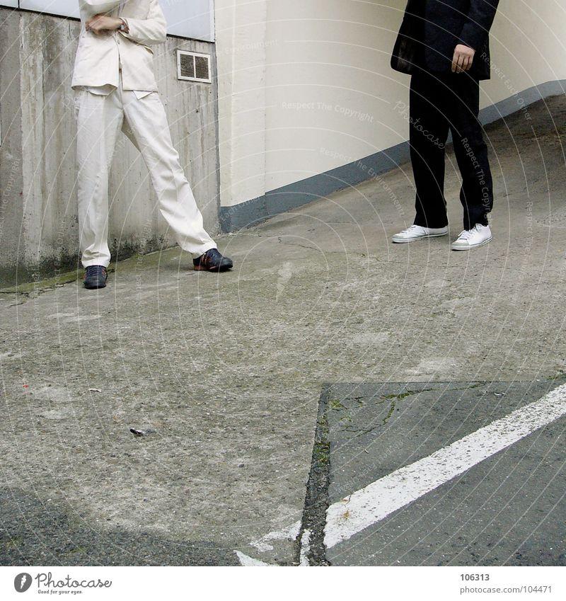 DIE HALSLOSEN [KALABO] Mann weiß schwarz Beine paarweise geheimnisvoll Anzug Falle Hinterhof anonym Gegenteil Verabredung Treffer Krimineller kopflos Opfer