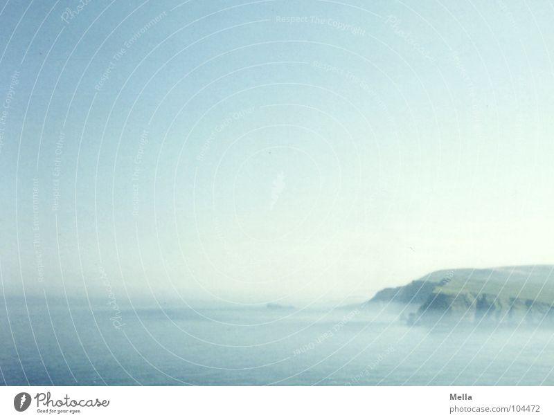 Am Cape Wrath Küste Klippe Nebel Meer Schottland steil Am Rand tief Ferne azurblau Europa Wasser Himmel Felsen Dunst Textfreiraum oben Hintergrund neutral