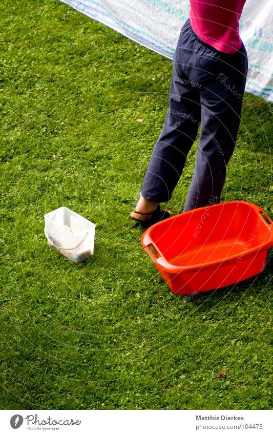 ALLTAG II Wäsche gewaschen Gartenarbeit Haus Wiese Bettwäsche Hausfrau Frau aufhängen Sommer ökologisch Wäschetrockner Bekleidung anstrengen Trainingshose Hose