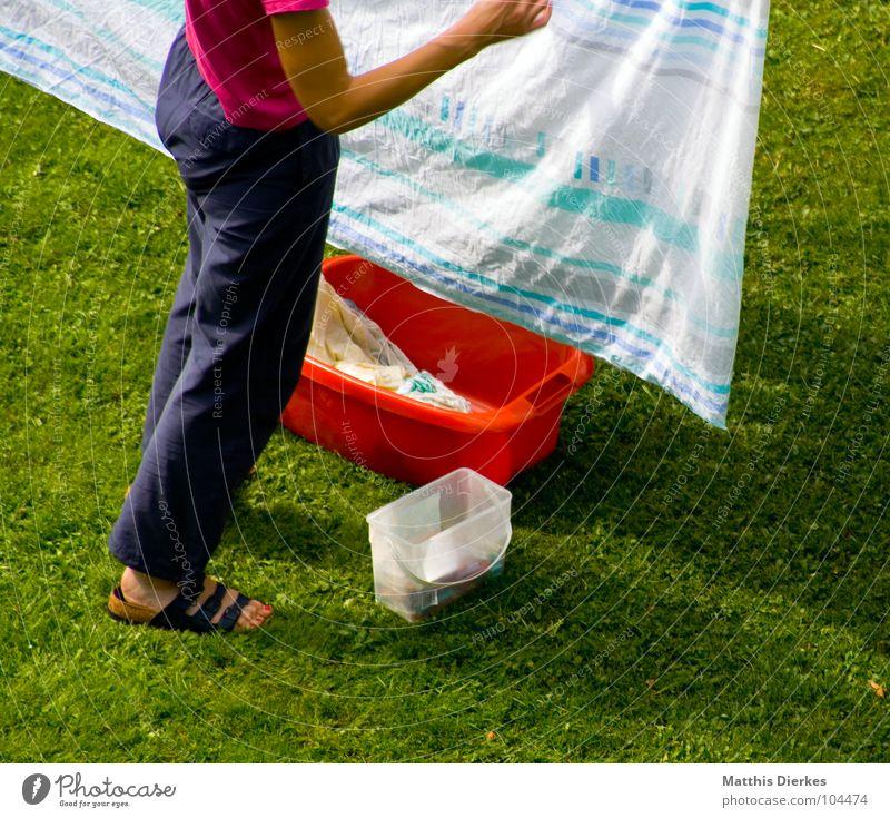 ALLTAG Wäsche gewaschen Gartenarbeit Haus Wiese Bettwäsche Hausfrau Frau aufhängen Sommer ökologisch Wäschetrockner Bekleidung anstrengen Trainingshose Hose