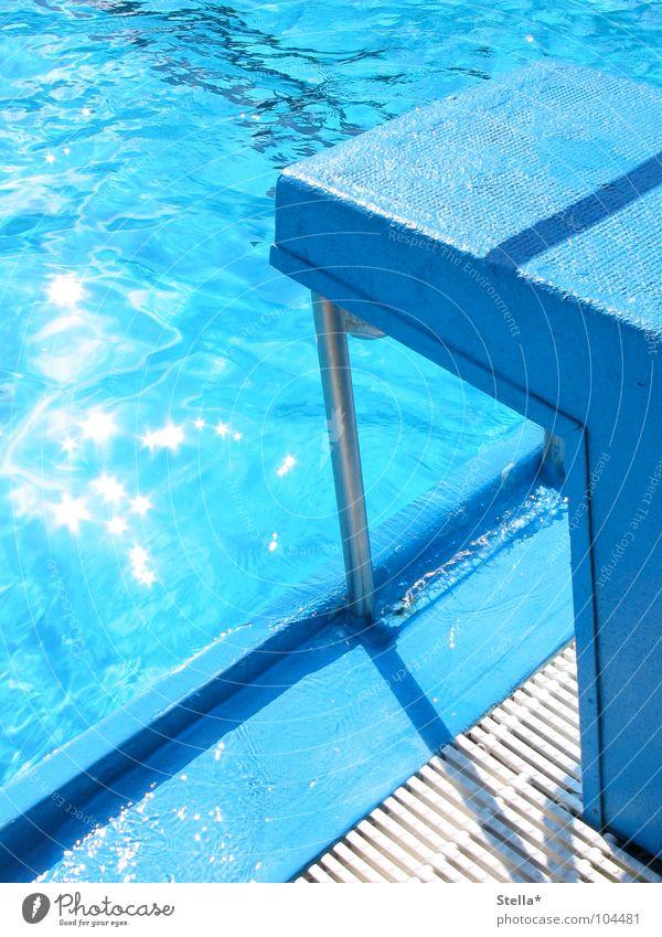 Ein Sprung ins Nass Wasser blau springen nass Freizeit & Hobby Block Freibad Schwimmbad Beckenrand