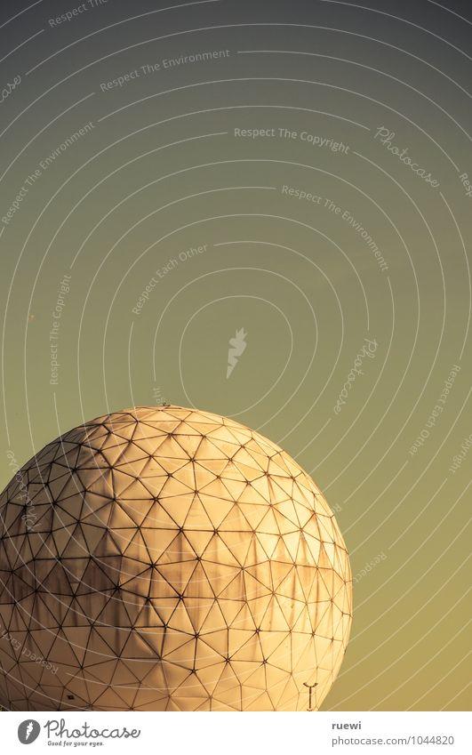 Ne ruhige Kugel alt blau Sommer weiß Gebäude Technik & Technologie Zukunft Telekommunikation Schönes Wetter Zeichen rund Neugier Sicherheit Bauwerk