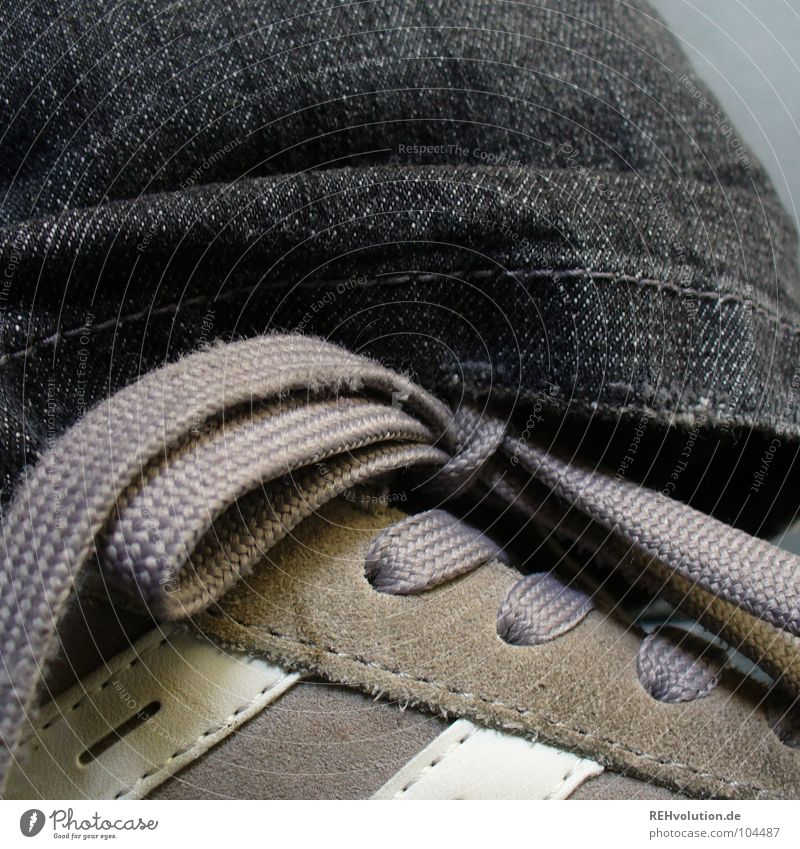 Lieblings... Schuhe Turnschuh dunkel Schleife Schuhbänder schwarz grau Streifen weiß binden anziehen Naht Wildleder Stoff stehen Bekleidung Spielen Jeanshose