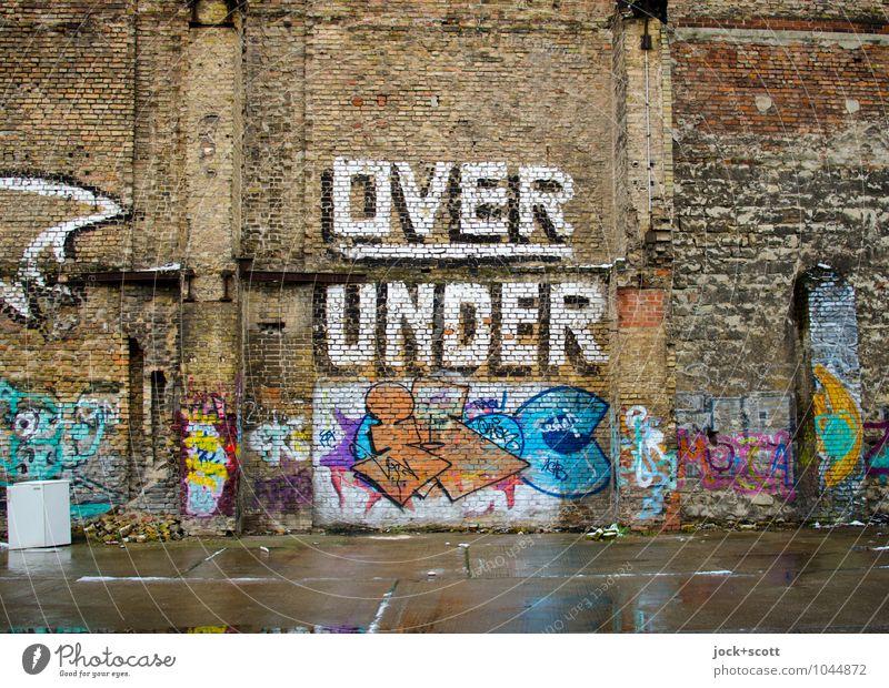 Division over and under Kühlschrank Subkultur Straßenkunst Typographie Prenzlauer Berg Parkplatz Mauer Backstein Graffiti Wort dreckig Kreativität Symmetrie