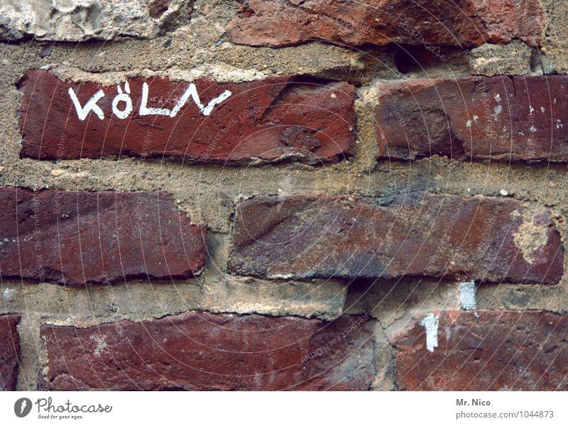Hüttengaudi | Stadthütte alt rot Haus Wand Gebäude Mauer grau Stein Fassade dreckig authentisch Schriftzeichen Bauwerk Altstadt