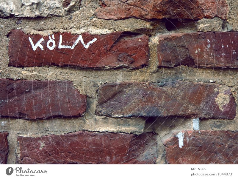 Hüttengaudi | Stadthütte Mauer Wand rot Altstadt Haus Bauwerk Stein Schriftzeichen Köln Stadtmauer Fuge Backsteinwand alt verwittert dreckig grau Mörtel Altbau