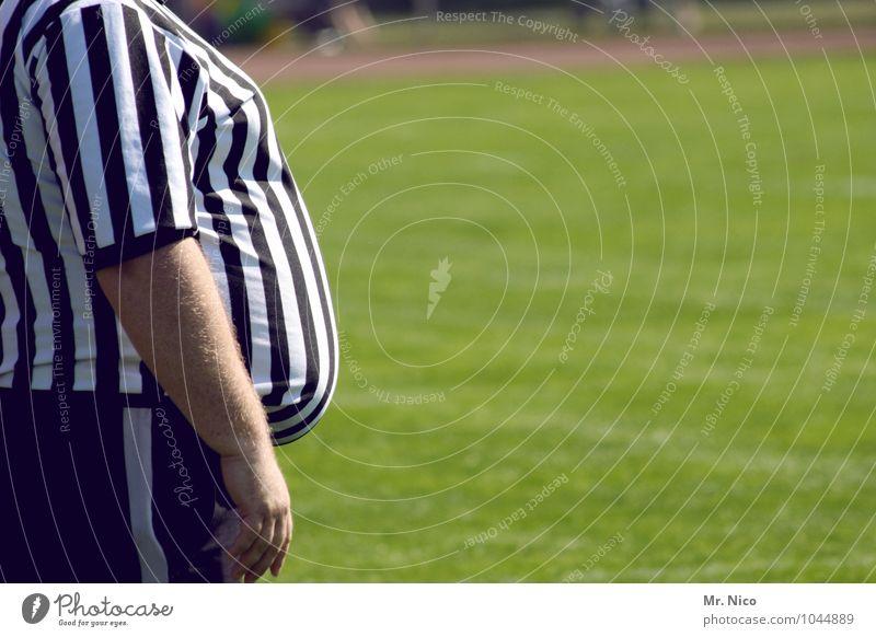 Längsstreifen machen schlank Gesunde Ernährung sportlich Sport Ballsport Schiedsrichter Sportveranstaltung maskulin Mann Erwachsene Bauch schwarz weiß Streifen