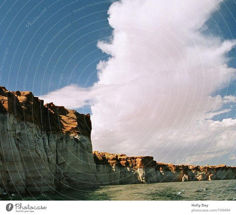 Wolkenturm Lake Powell weiß Watte Utah See Sommer Schlucht Himmel Rainbow Bridge blau Turm Felsen Küste roter Fels USA Wasser Sonst fällt mir nix ein