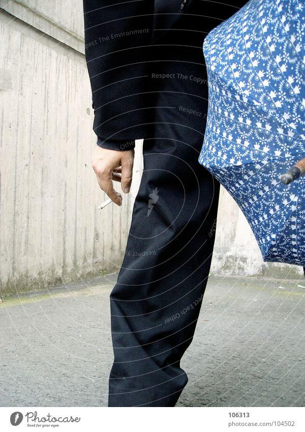 MY LITTLE BLUE UMBRELLA [KOLABO] Mann schwarz Rauchen Regenschirm Anzug Zigarette anonym Bildausschnitt Anschnitt kopflos gesichtslos unerkannt unkenntlich