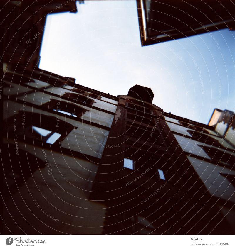 Innenhof-blick-nach-oben Haus Holga Lomografie Fenster Fassade Gebäude Reflexion & Spiegelung heiß Hafen Hamburg Bauernhof innehof Dachboden agfa lomography