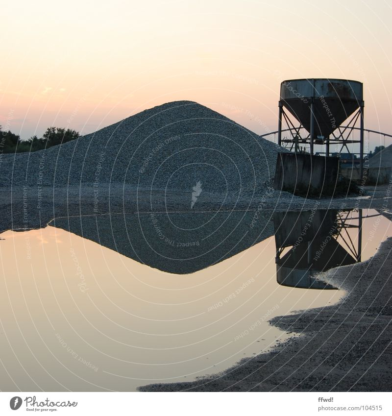 Baggersee II Dämmerung Licht Kies Haufen Kiesbett Kiesgrube Pfütze See Reflexion & Spiegelung Symmetrie Industrie Wasser