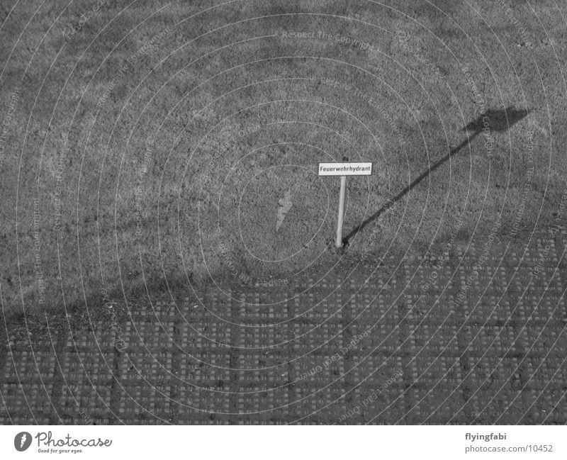Klasse Schild weiß schwarz Wiese Stil Schilder & Markierungen Beton Rasen Dresden obskur Messe Feuerwehr Sachsen Hydrant