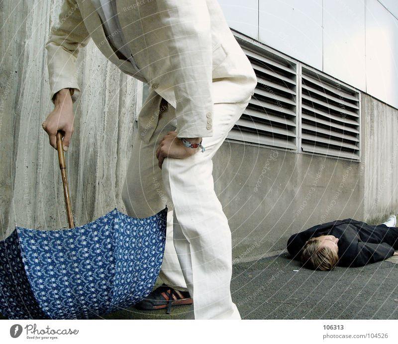 TINY RABBIT KILLED MADO [KOLABO] Inszenierung Gewalttat Mord Opfer Täter Regenschirm Mann 2 Anzug schwarz liegen flüchten Tatort Anschnitt anonym gesichtslos