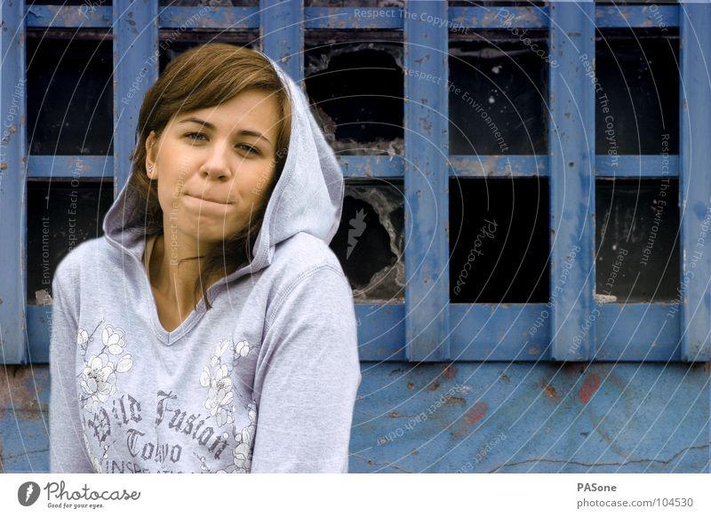 HMM' Frau Mensch blau Freude Farbe Leben Fenster Wand Freiheit Graffiti Mode Lifestyle Bekleidung trashig Pullover