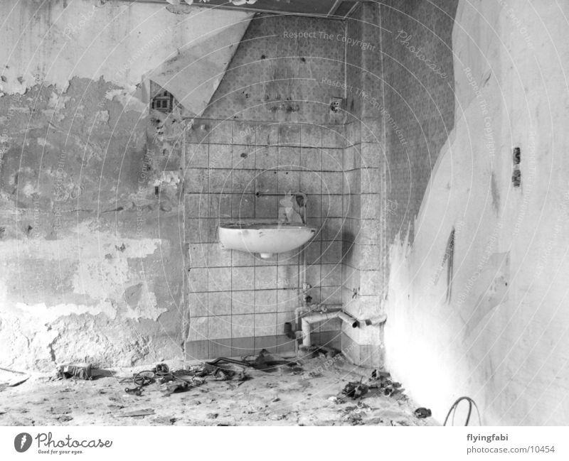Zerfallenes Badezimmer alt Wand Gebäude dreckig verfallen Dresden Putz Demontage Waschbecken Sachsen